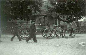 Een begravenis trekt langs Eungs Schöppe 1935